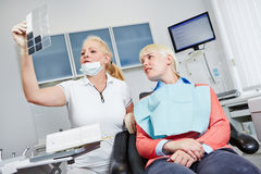 Tandläkare som ser röntgenstrålebild av tänder Royaltyfria Foton