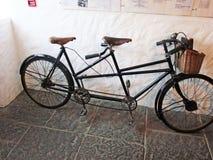 Tandom cykel på den gamla irländska svältbyn arkivfoto