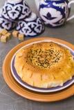 Tandoor tortilla kłama na wschodnich naczyniach Wschodnia herbata obraz stock