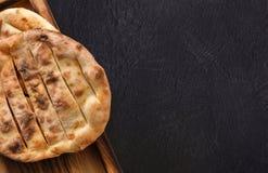 Tandoori chleb na czarnym tle, kopii przestrzeń zdjęcia stock