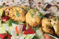 Tandoori höna med sallad och chapatien Arkivbilder