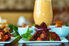 Tandoori-kryddade lammkotletter arkivfoto