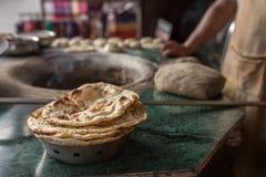 Tandoori naan - indyjski płaski chleb piec w glinianym piekarniku fotografia royalty free