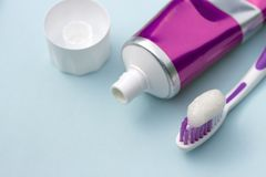 Tandpasta in buis en tandenborstel op blauwe achtergrond Tandhygiëneconcept royalty-vrije stock afbeeldingen