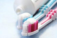 Tandpasta en tandenborstels Royalty-vrije Stock Foto