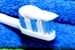 Tandpasta op een tandenborstel Royalty-vrije Stock Afbeeldingen