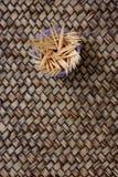 Tandpetare i banken på bambubakgrund Royaltyfria Bilder