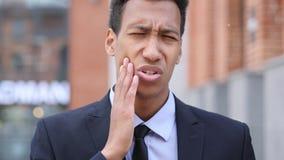 Tandpijn, Afrikaanse Zakenman met Tandbesmetting stock fotografie