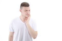Tandpijn Jonge mens met tandbederf stock foto