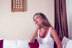 Tandproblem Smärtar den känsliga tanden för kvinnan Attraktiv kvinnlig Feeli royaltyfri fotografi