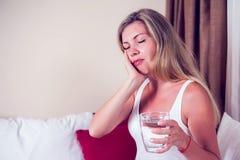 Tandproblem Smärtar den känsliga tanden för kvinnan Attraktiv kvinnlig Feeli arkivfoton