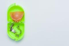 Tandprothese en skeletachtige stukken over een groene doos Royalty-vrije Stock Foto's