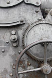 Tandrad en krukas op oude machine Stock Fotografie