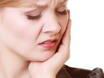 tandvärk Lidande för den unga kvinnan från tanden smärtar isolerat royaltyfri foto