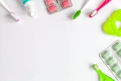 Tandvårdtandborste på vit bakgrund royaltyfri fotografi