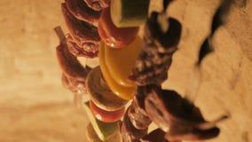 Tandyr asiatique traditionnel La viande et les légumes sur des brochettes se ferment  banque de vidéos