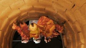 Tandyr asiatique traditionnel Vue intérieure Viande et légumes sur des brochettes banque de vidéos