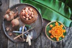 Tanga Yod e Foy Thong & x28; Desserts& tradicional tailandês x29; com ingrediente e kitchenware fotografia de stock royalty free