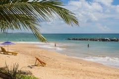 TANGALLE,斯里兰卡- 2017年12月15日:海滩的人们 库存照片