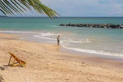 TANGALLE,斯里兰卡- 2017年12月15日:海滩的人们 库存图片