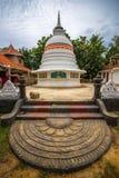 TANGALLE SRI LANKA - Januari 01, 2017: Buddhastaty på temen Arkivfoto