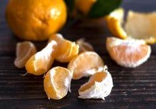 Tangarines maduros frescos en el fondo de madera fotografía de archivo