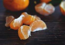 Tangarines maduros frescos en el fondo de madera imagenes de archivo