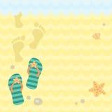 Tangas e pegadas da praia na areia Imagem de Stock