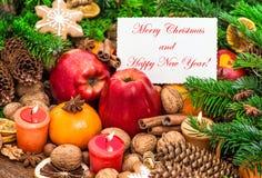 Tange ardiente de las manzanas de la tarjeta de felicitaciones de las velas de la decoración de la Navidad Foto de archivo