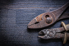 Tangen en buigtang op uitstekende houten raad Royalty-vrije Stock Afbeelding