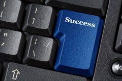 Tangent för blått för datortangentbord med framgångetikettinskriften äganderätt för home tangent för affärsidé som guld- ner skye Royaltyfria Bilder