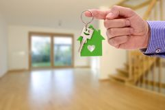 Tangent för ditt nya hem i hand av fastighetsmäklaren royaltyfria bilder
