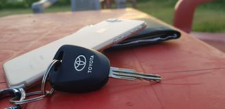 Tangent för Toyota och iPhone royaltyfria foton