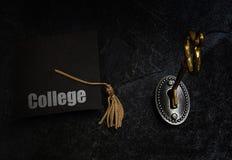 Tangent- och högskoleutbildningavläggande av examenlock royaltyfria bilder