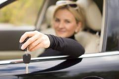 Tangent till en ny bil royaltyfri bild