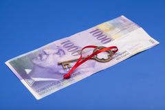 Tangent till framgång med den röda pilbågen på schweizare 1000 franc anmärkning Royaltyfri Bild