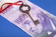 Tangent till framgång med den röda pilbågen på schweizare 1000 franc anmärkning Royaltyfria Bilder