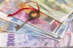 Tangent till framgång med den röda pilbågen på schweizisk francanmärkningar Royaltyfria Bilder