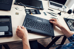 Tangentbord av den demonteraa bärbara datorn, repairman pov Fotografering för Bildbyråer