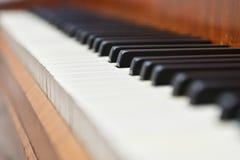 Tangentbord av det gamla pianot Arkivfoto