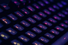 Tangentbord för dator för hög tech mekaniskt med panelljusrgb-belysning Slut upp av datordobbeltillbehören royaltyfria bilder