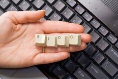 tangentbord för hand för blogdatorbegrepp över Arkivbild