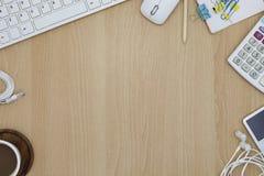 tangentbord med mus- och kaffekoppen, anteckningsbok, blyertspenna på kontorsdes Arkivbild