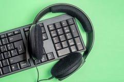 Tangentbord och headphone Arkivbild