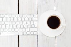 Tangentbord och kopp kaffe på en träbakgrund söt kopp för giffel för bakgrundsavbrottskaffe Royaltyfria Foton