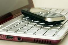 tangentbordbärbar datormobil över telefonen royaltyfria bilder