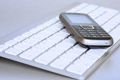 tangentbordbärbar datormobil över telefonen arkivbilder