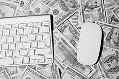 tangentbordet och musen inramar insättningsblanketten och tjugo dollarräkningar Skriva och musen arkivfoton