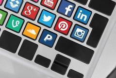 Tangentbordknappar med sociala massmediasymboler Arkivfoton