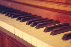 Tangentbordpiano, sidosikt av det musikaliska hjälpmedlet för instrument Arkivfoto